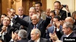 Али Абдель Аль (в центре) приветствует законодателей после объявления его спикером парламента Египта