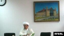 Главный имам центральной мечети Алматы Кулмухамбет Махамбет выступает на брифинге. 27 марта 2009 года.
