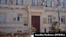 Azərbaycan Dövlət İqtisad Universitetinin qarşısı