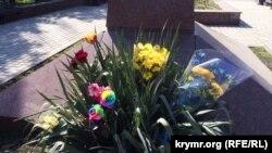 Цветы у памятника Тарасу Шевченко в Керчи, 9 марта 2017 год