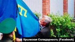 Тарас Малышевский поднимает флаг крымских татар в Ростове-на-Дону