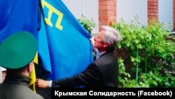 Тарас Малишевський піднімає прапор кримських татар у Ростові-на-Дону