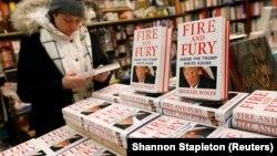 Копии од книгата Оган и бес: Во Белата куќа на Трамп.