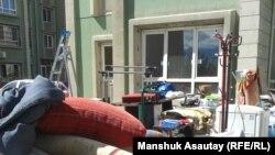 Ақкент шағынауданындағы үйлердің бірінің алдында тұрған пәтер заттары. 26 тамыз 2016 жыл (Көрнекі сурет).