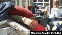 Вынесенные из квартиры вещи при одном из предыдущих выселений в микрорайоне Аккент в Алматы. 26 августа 2015 года.