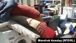 Вынесенные вещи из квартиры выселенца сложены во дворе. Алматы, 26 августа 2015 года.