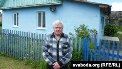 Міхаіл Мустыгін каля сваёй хаты пад Менскам