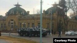 Қўқон шаҳри марказида БТР ва ниқобли аскарлар. 6 декабрь 2013 йил.