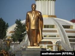 Түркіменстанның бұрынғы президенті Сапармұрат Ниязовтың ескерткіші. Ашғабат, 15 мамыр 2012 жыл. (Көрнекі сурет)