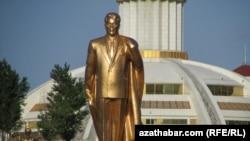 Türkmenistanyň ozalky prezidenti Saparmyrat Nyýazowyň Aşgabatdaky gyzyl çaýylan heýkeli