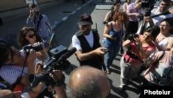 Պավել Մանուկյանը ՊՊԾ գնդի գրավված տարածքում զրուցում է լրագրողների հետ, 23-ը հուլիսի, 2016թ․