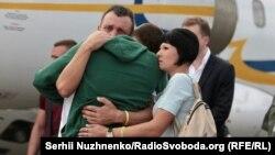 Матрос МБАК «Нікополь» Сергій Цибізов у міцних батьківських обіймах