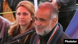 Раффи Ованнисян с супругой Арменуи во время пресс-конференции на площади Свободы в Ереване, 27 марта 2013 г.