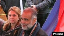 Раффи Ованнисян с супругой Арменуи на площади Свободы в Ереване (архив)