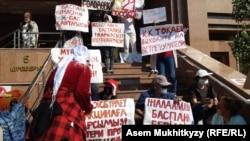 Протест матерей у Дома министерств в Нур-Султане, 9 июня 2020 года.