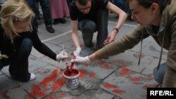 Mjesta gdje su padale granate po Sarajevu farbana su nakon rata u crvenu boju. Nazvane 'Crvene ruže' ostale su kao simbol rata i stradanja.