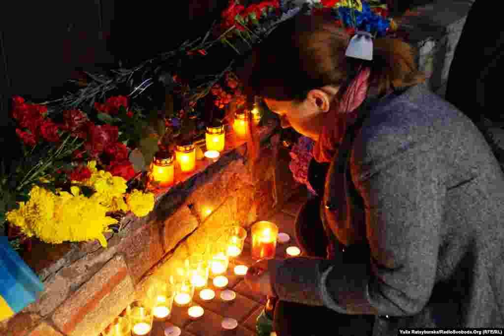 У неділю під стінами управління Національної поліції в Дніпрі організували імпровізовану стіну пам'яті за загиблими сьогодні двома патрульними поліцейськими. Як передає кореспондент Радіо Свобода, до стіни, де розміщені портрети загиблих, люди несуть квіти і запалюють свічки