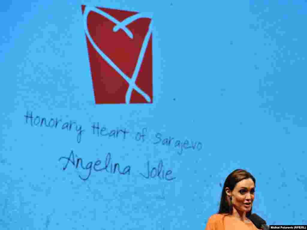 آنجلینا جولی نیز یک «قلب سارایوو» را با خود به خانه برد