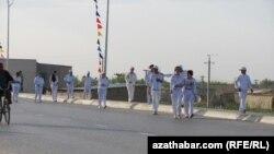 """Массовые прогулки по """"Тропе здоровья"""" в городе Туркменабат. 7 апреля 2012 года."""