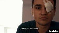 Кадр з фільму «Зацкаваныя. Вайна супраць геяў у Расіі»