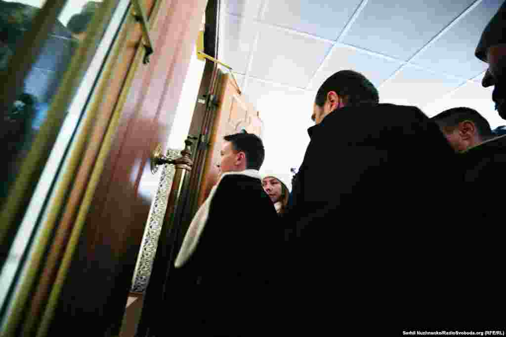 Савченко в супроводі слідчихприйшла до управління СБУв Києві та Київській області