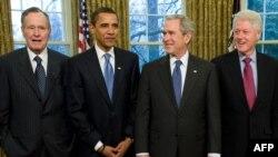 Xhorxh Bush i vjetri, (i pari nga e majta), Barak Obama, Xhorxh Bush i riu, Bill Klinton