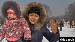 Жительница снесенного в микрорайоне Айнабулак дома. Алматы, 28 января 2015 года.