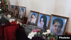 Армения - Фотографии шести членов семьи Аветисян во время похорон, Гюмри, 15 января 2015 г;