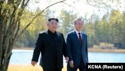 Севернокорейският лидер Ким Чен Ун и президента на Южна Корея Мун Дже Ин по време на последната им среща през 2018 г.