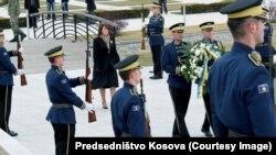 Президент Косова Атифет Яхйага возлагает венок в мемориальном центре Преказ по случаю 7-й годовщины независимости Косова