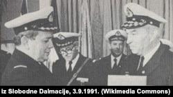 Admiral Vladimir Barović (lijevo) prima od viceadmirala Vjekoslava Čulića (desno) plaketu JNA 2.9.1989. godine na svečanosti u Vojnoj luci Lora
