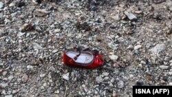 Детская обувь на месте падения фрагментов разбившегося самолета компании «Международные авиалинии Украины». Тегеран, 8 января 2020 года.