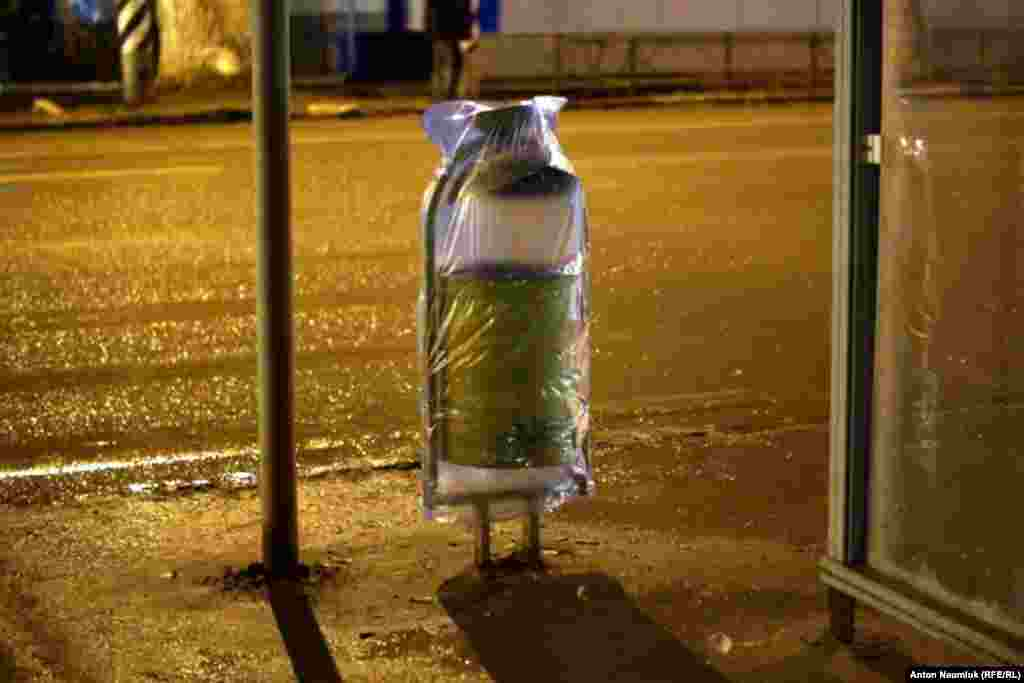Сарытауда Олимпия уты узасы юл буендагы чүп савытларын саклыйлар.