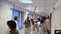 Демонстранттар өкмөттүк теленин имаратында. Исламабад, 1-сентябрь, 2014-жыл.