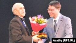 Камал мөдире Илфир Якупов (у) Фоат Әбүбәкеровка бүләк тапшыра