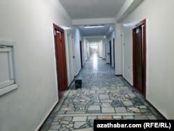 Aşgabatda bir hassahana koridory. Arhiw suraty. Aprel, 2018.