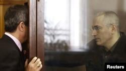 Михаил Ходорковский (справа) в Хамовническом суде
