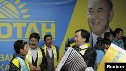 «Нұр Отан» партиясы мүшелері парламент сайлауында жеңіске жеткендерін қуанып тұр. Астана, 16 қаңтар 2012 жыл. (Көрнекі сурет)