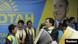 """""""Нұр Отан"""" партиясының мүшелері парламент сайлауындағы жеңістеріне қуанып тұр. Астана, 16 қаңтар 2012 жыл."""