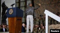 Обама Афғонистондаги АҚШ ҳарбийлари билан учрашувда.