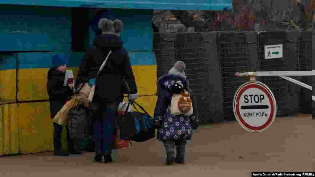 Співрозмовники зауважують, що варто було би зробити ще один пропускний пункт або ж підвищити пропускну спроможність існуючого. КПВВ«Станиця Луганська»– наразі єдиний пропускний пункт у Луганській області. Для порівняння: у Донецькій області таких КПВВ чотири.