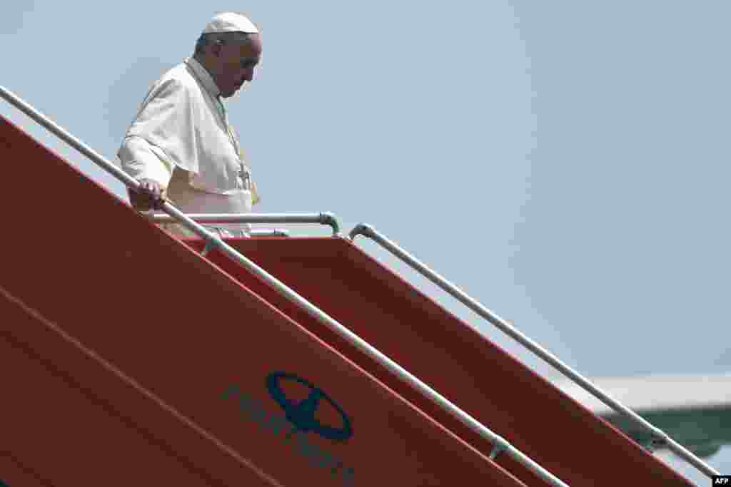 Armenia -- Pope Francis steps off a plane upon his arrival at Yerevan's Zvartnots Airport, June 24, 2016