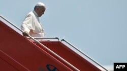Папа римский сходит по трапу своего самолета в аэропорту Звартноц в Ереване