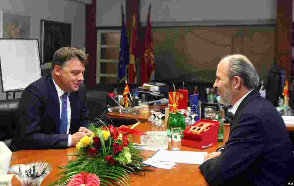 МАКЕДОНИЈА - Петре Шилегов (лево), новиот градоначалник на Скопје и неговиот претходник Коце Трајановски, на примопредавањето на должноста, откако Шилегов победи во првиот круг од локалните избори 2017.