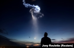 Raketa Falcon 9 e SpaceX largohet nga atmosfera. Ajo barte furnizime të cilat i ka dërguar në Stacionin Ndërkombëtar të Hapësirës. 29 qershor,2018