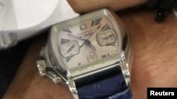 Ceasul lui Evgheni Șevciuk, cu inscripția FSB, fotografiat în cursul unui interviu cu Reuters