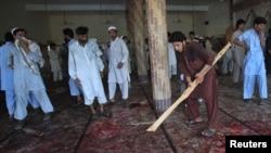 Прихожане убирают мечеть после взрыва в пятницу