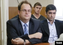 Руслан Шамсуаров (справа) и Виктор Усков (сзади) на одном из судебных заседаний, август 2016 года