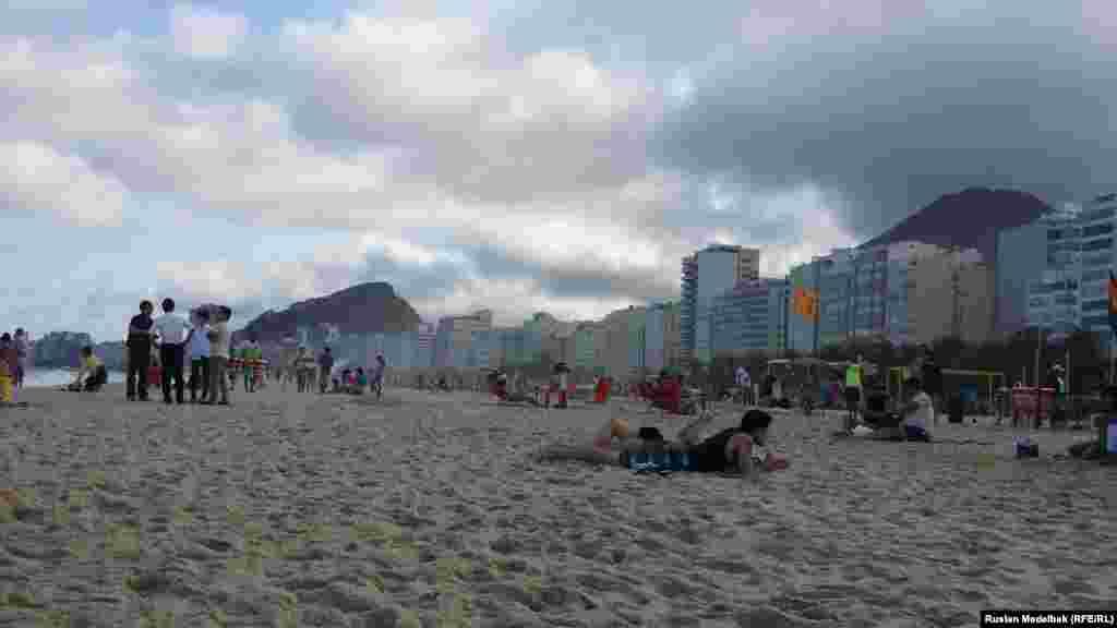 Погода в Ріо-де-Жанейро стоїть в останні дні похмура. Незважаючи на це, на міських пляжах доволі багато людей