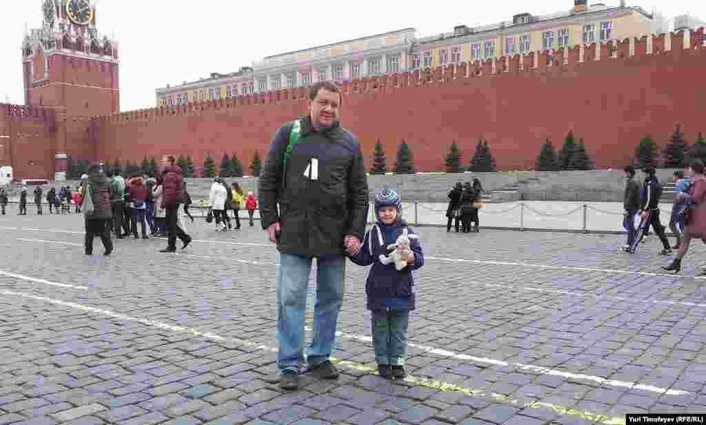 Люди с белыми лентами на Красной площади